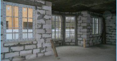 Wir bauen ein Haus aus Schaumstoffblöcken mit ihren Händen
