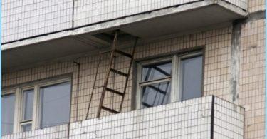 Schöne Feuerleiter auf dem Balkon