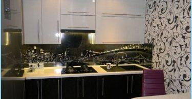 Schwarzweiss-Küche in der Wohnung