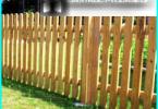 Holzlattenzaun mit ihren Händen auf dem Bau-Management